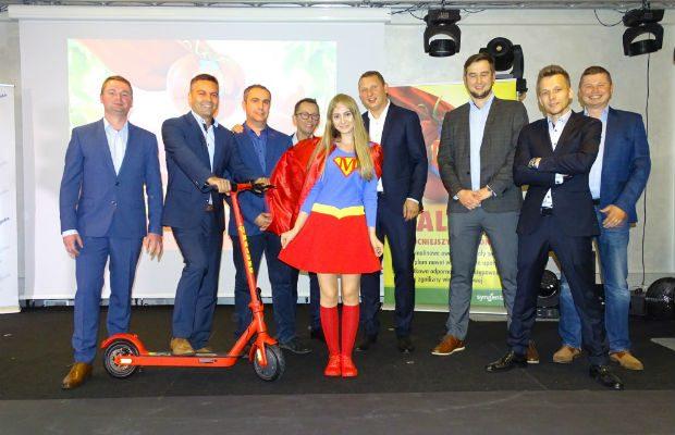 Załogi firm Syngenta, Cultilene i Hortico w towarzystwie superwoman promującej odmianę pomidora malinowego Maluno