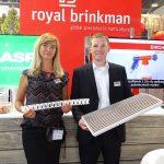 Zielen to Zycie 2019_Joanna Czylok i Grzegorz Surman z firmy Royal Brinkman prezentują elementy innowacyjnego systemu Autostix - produkcji ukorzenionych sadzonek