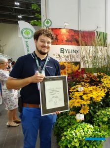 Aleksander Michalik z firmy Vitroflora, której żółtolistną dąbrówkę 'Gold Chang' (u dołu) wyróżniono srebrnym medalem