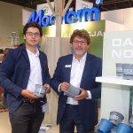 Zielen to Zycie 2019_Krzysztof Banaś z synem prezentują szare doniczki z recyklingu, które Modiform po raz pierwszy zaprezentował w sierpniu br.
