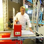 Arnaud Jolly prezentuje prosty siewnik z firmy Mosa_Salon du Vegetal 2019
