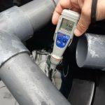 Urządzenie do pomiaru ORP (Redox) wody. W przypadku dezynfekcji szokowej ORP na wejściu powinien wynosić minimum 850-900 mV