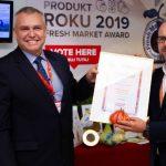 Michał Taraska odbiera główną nagrodę od organizatora konkursu Fresh Market Award