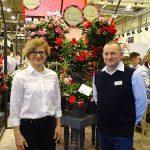 Ewa Langer i Bartlomiej Pierzchalski na stoisku firmy Syngenta Flowers (w tle mandewile - odmiany z grupy Rio)_IPM Essen 2020