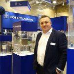 Gabriel Staniecki na stoisku przedsiębiorstwa Pöppelmann_IPM Essen 2020