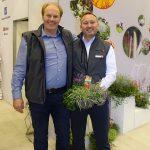 Torsten Mundus z firmy Selecta one oraz Beniamin Pudelko prezentują zestawy bylin pod nazwą Autumn Friends_IPM Essen 2020