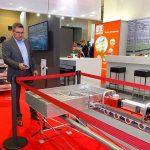 Andrzej Fabisiak prezentuje na stoisku firmy Otte zasadę działania urządzenia Emma 2.0_IPM Essen 2020