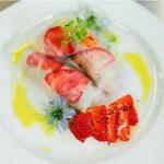 Spring rolls z sałaty lodowej i chrupiących warzyw, z pesto bazyliowym, czarnuszką i truskawkami