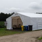 Oprócz wiaty ustawiono dodatkowy namiot na przerwy obiadowe dla pracowników