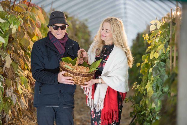 Dr Jan Danek i Dr Agnieszka Orzeł promują nowowyhodowany klon maliny żółtej NR1616808