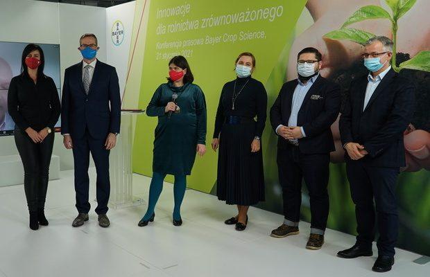 Pracownicy firmy Bayer Crop Science podczas internetowej konferencji prasowej poświęconej nowym strategiom i nowym produktom firmy