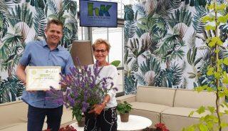 Tieme van den Haak (Plantipp) odebrał z rąk prezes KVBC Helmy van der Louw certyfikat poświadczający nagrodę dla najlepszej nowości, którą podczas finału KVBC Spring Challenge 2021 okazała się szałwia FEATHERS PEACOCK, fot. Plantipp