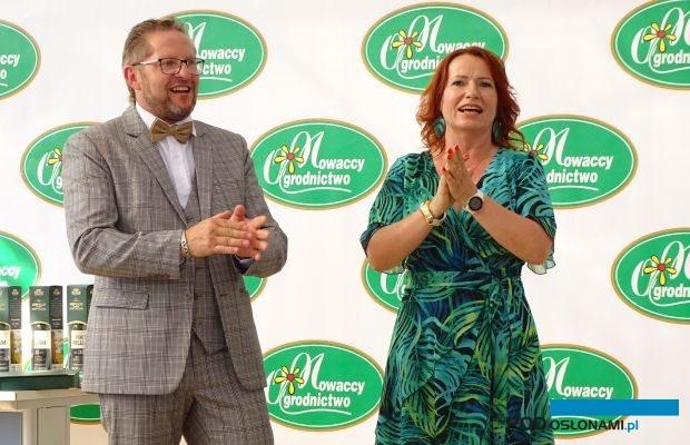 Mariusz i Beata Nowaccy podczas uroczystości, w których trakcie Ogrodnictwo Nowaccy oficjalnie zapoczątkowało działalność w swojej nowej siedzibie w Dachowie, fot. A. Cecot