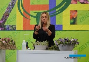 """Katarzyna Sikora, mistrzyni florystyki podczas pokazu pt. """"Radość spotkania"""", fot. A. Cecot"""