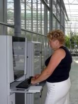 ...pani Mirosława przy komputerze klimatycznym oraz...