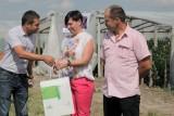 Kamil Bartkowski (z lewej) dziękował gospodarzom za gościnne przyjęcie w ich gospodarstwie