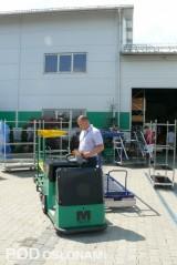 Piotr Budny demonstruje działanie wózka indukcyjnego, który może poruszać się samoczynnie lub być kierowany przez człowieka