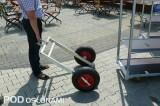 Podstawka z gumowymi kołami do transportu wózków duńskich po nierównych nawierzchniach